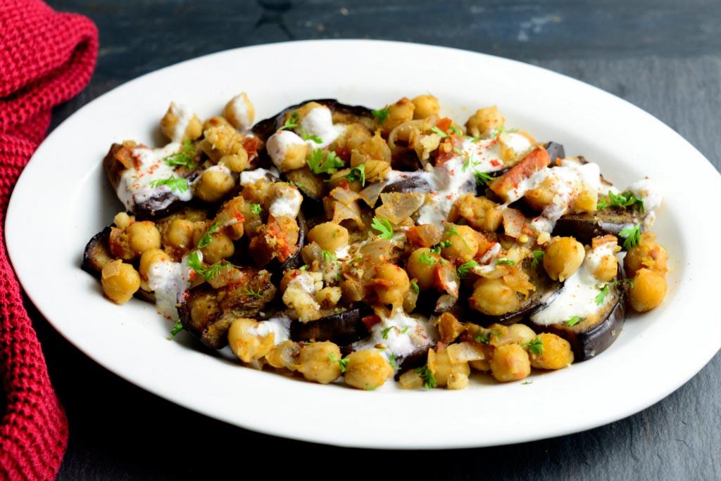 Турецкие-жареные-баклажаны-с-пряным-нутом-и-соусом-из-грецких-орехов
