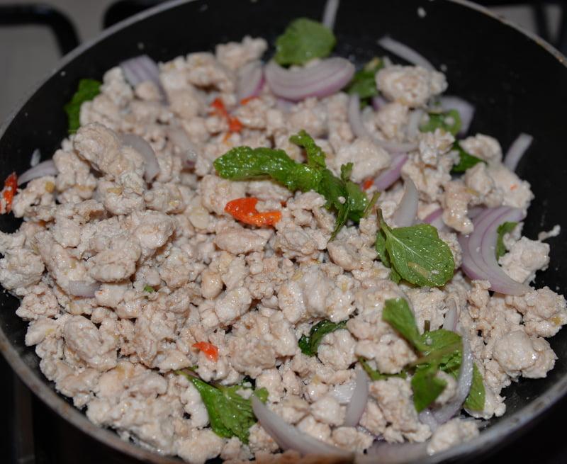 Салат из курицы Larb