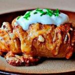 Картофель в духовке с начинкой из сала и сыра