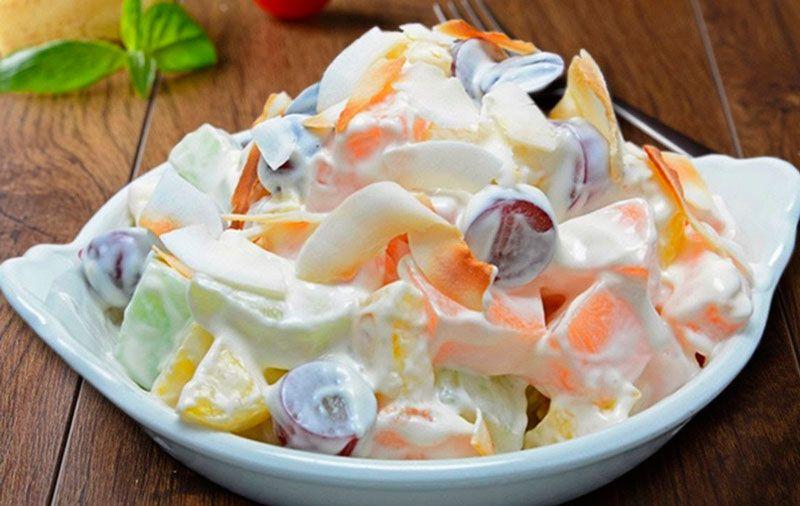 Салат из фруктов - яблока, груши, апельсина и мандарина