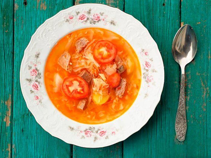 Щи с картофелем, помидорами и капустой